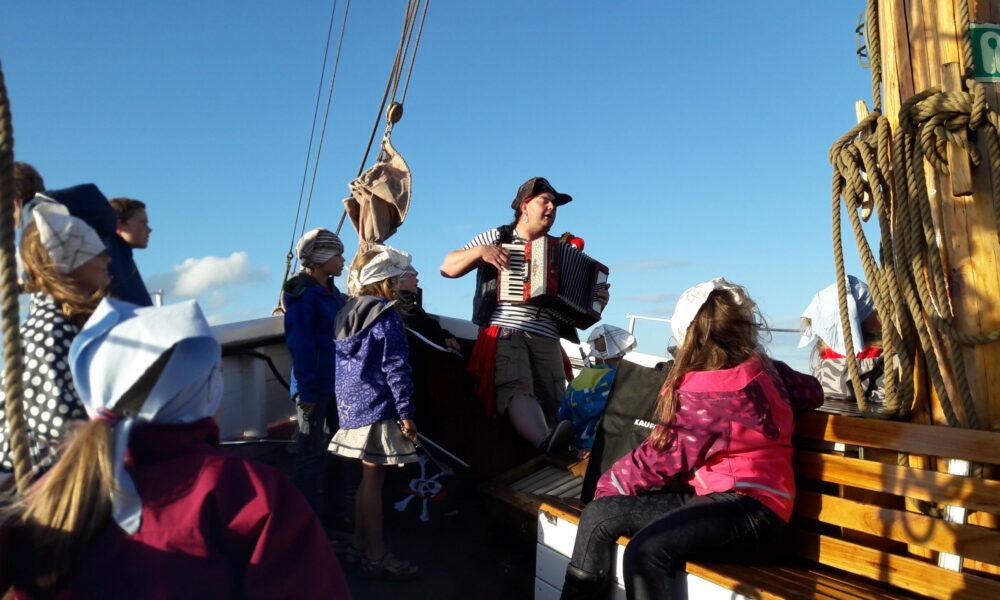 Der Pirat singt und spielt das Akkordeon