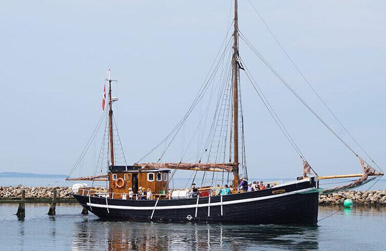 Castor sejler ud fra Bogense Havn
